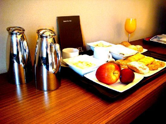 B-Hotel: breakfast