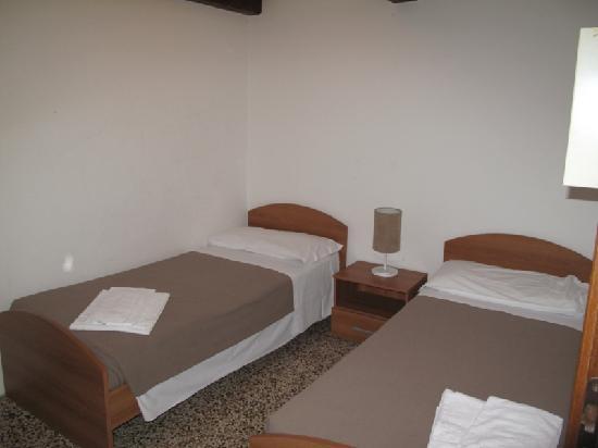 Habitaci n con dos camas individuales fotograf a de ca - Habitaciones dos camas ...