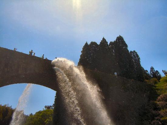 Tsujunkyo Bridge: 大迫力の放水