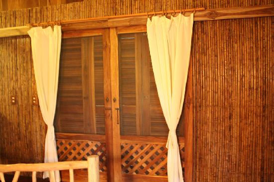 Korrigan Lodge: Front doors could be opened to screens only or closed completely.