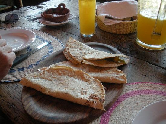 La Luna Mextli: quesadillas con queso y flores de calabaza
