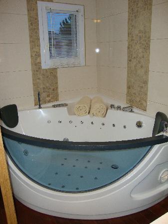 Hotel Restaurant & SPA Plaisir : salle d'eau avec baignoire balneo