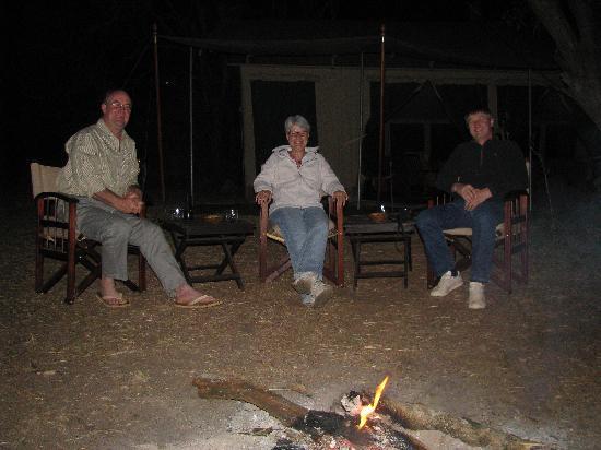 Nairobi Tented Camp: Abends am lodernden Feuer hören wir den Naturgeräuschen zu.