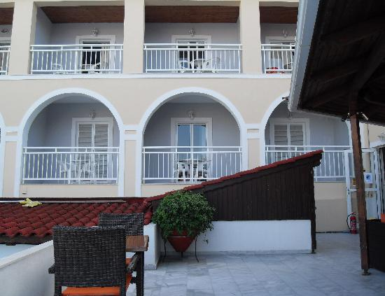 Diana Palace Hotel: Rooms from an outside seating area