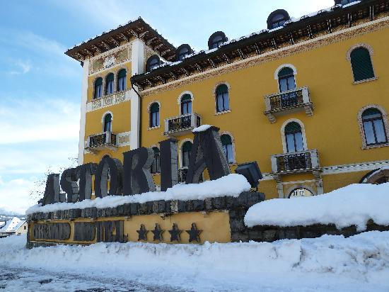 Chiesa, Italy: Das mondäne Hotel vom Piazza Italia aus
