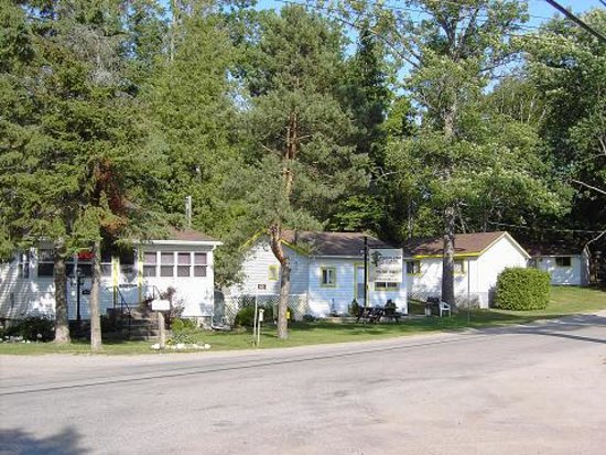 Woodland cedars family cottage resort hotel tiny canada for Family cottages
