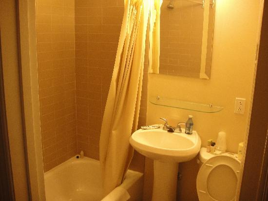 Hotel Plateau Royale: salle de bain petite