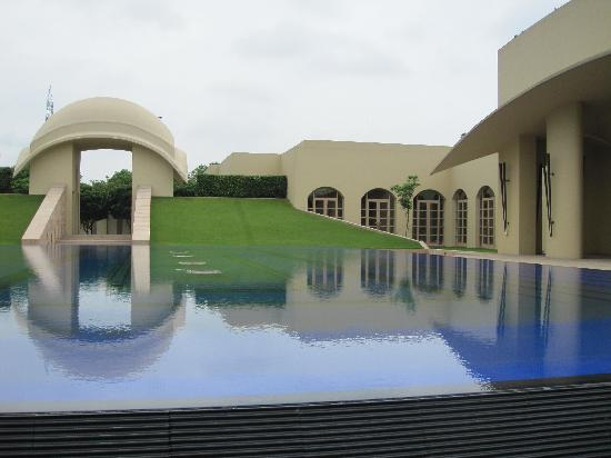 Trident, Gurgaon: Reflecting Pool by Entry
