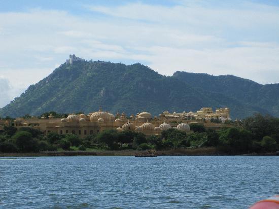 The Oberoi Udaivilas: Arriving via boat to Udaivilas