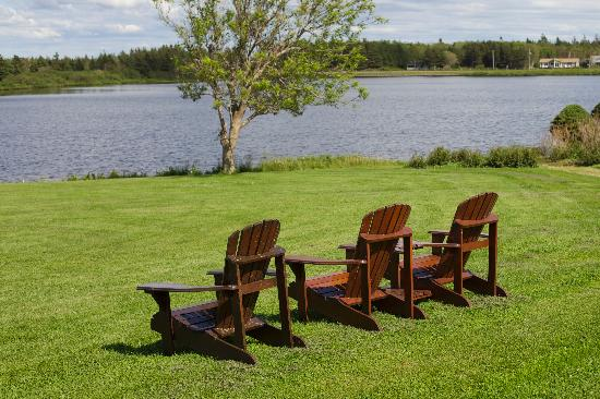 Dalvay by the Sea Hotel: chairs in front of the lake