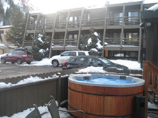 Aspen Mountain Lodge: Hot tub across the car park
