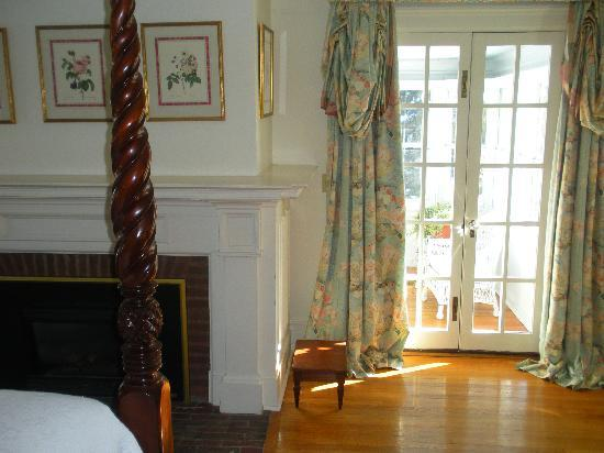 Hobbit Hollow B&B: large room