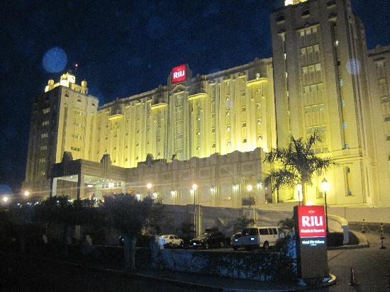 Hotel Riu Vallarta: front at night