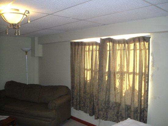 رويال إن بيتش هوتل هاتشينسون أيلاند: Room 100 (Shabby Couch and Curtains)