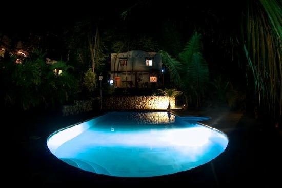 Cuesta Arriba Hotel: Pool at night