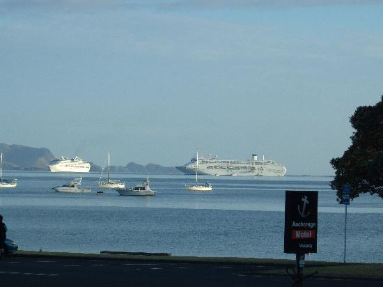 Anchorage Motel: cruise ships entering the bay