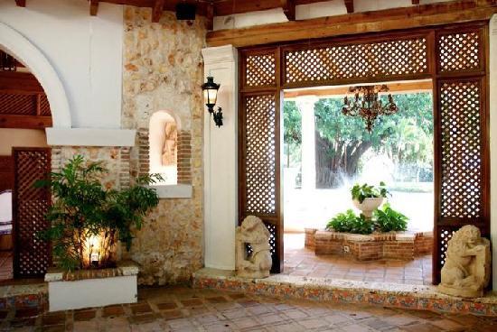 Occidental El Embajador: Innenhof als Teil der Gartenanlage