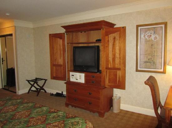 Bay Landing Hotel: View of TV and safe