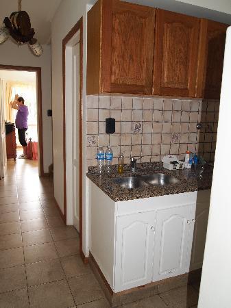 Apart Maria Bonita: Cocina, mueble mitad de cada color