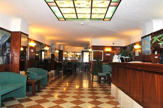 Hotel Diana: Hall