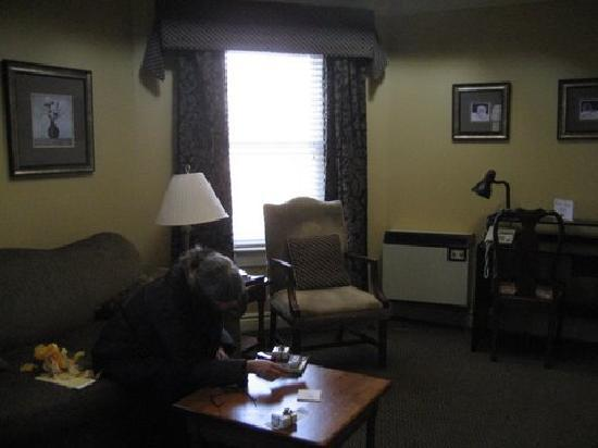 Queen's Inn at Stratford: This is the sitting area in the suite. The sofa pulls out to a comfortable bed.