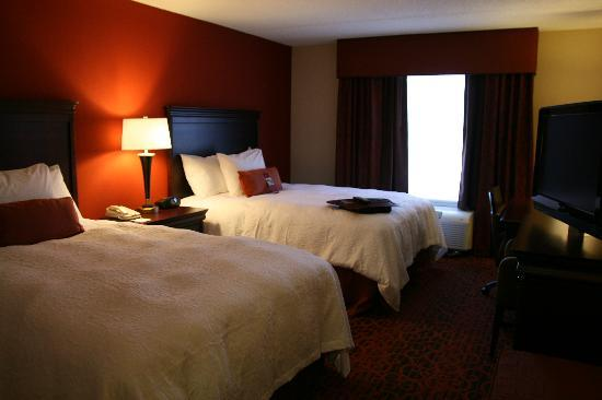 Hampton Inn Rochester Webster: Our Two Queen Bed Room