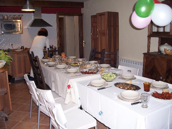 Casa Rural Las Hazanas: Belén currándose la comida