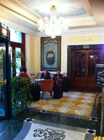 Mecenate Palace: The reception and bar area