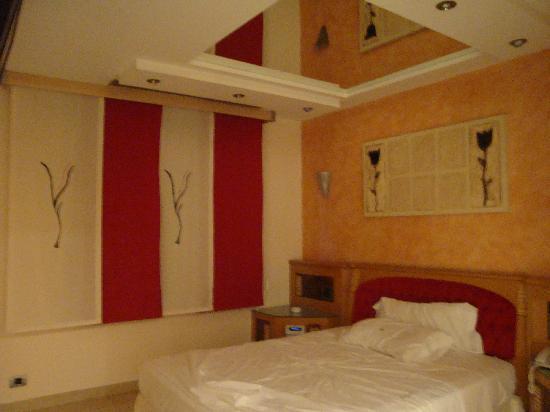 Zouk Motel: Espejos dormitorio
