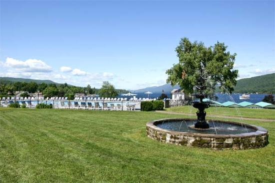 Fort William Henry Hotel and Conference Center: Spacious back lawn with a world-class view.