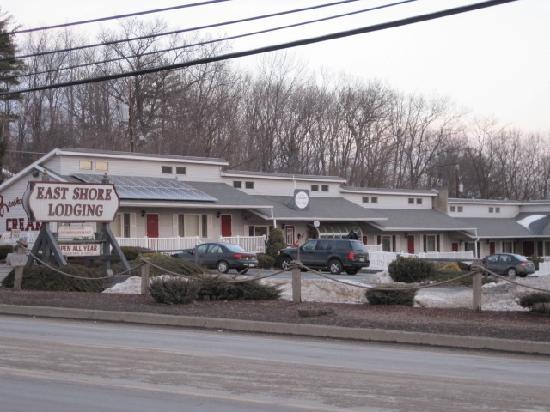 East Shore Lodging: View of motel from across street