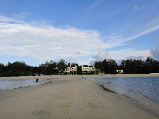 Tanjung Rhu Resort: Vue de l'hôtel depuis la mer (marée basse)
