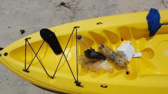 Tanjung Rhu Resort: Quelques déchets ramassés dans l'eau
