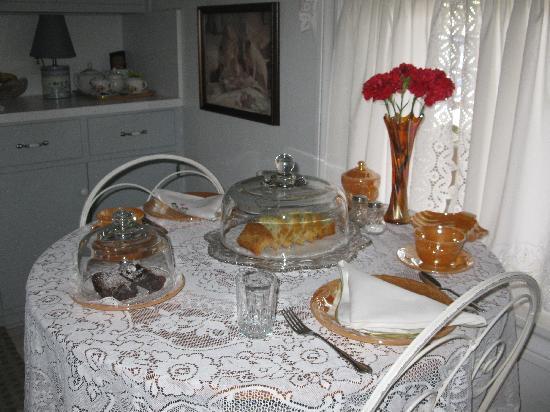 Lillie Marlene, A Fredericksburg, Texas Guesthouse: Elegant breakfast setting in comfort