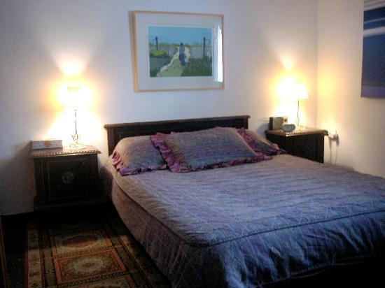 Batia and Claude B and B: The Provence apt-bedroom