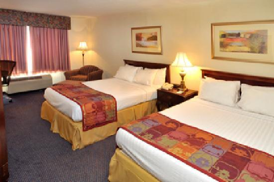 Point Plaza Suites & Conference Center: Tower Room with two double beds