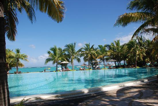 Paradis Beachcomber Golf Resort & Spa : The pool overlooking the Indian Ocean