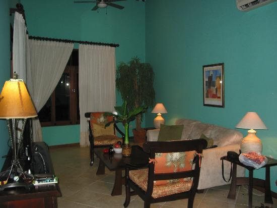 Club Del Cielo: Spacious living room