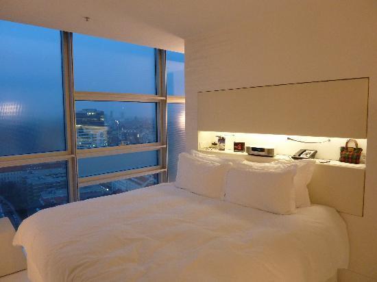 Sofitel Vienna Stephansdom: Zimmer am Abend
