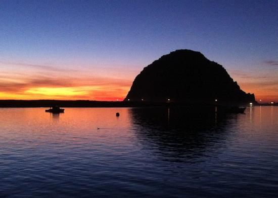 Anderson Inn: Morro Rock at sunset from Inn pier