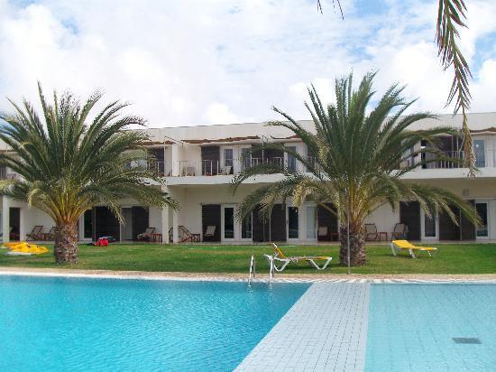 Hotel Dunas de Sal: Pool mot mitt rum
