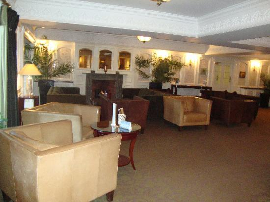 Bunratty Castle Hotel: sitting room off lobby