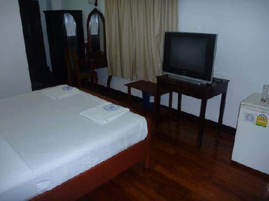 Douang Deuane Hotel: Room with TV - good selection of channels.