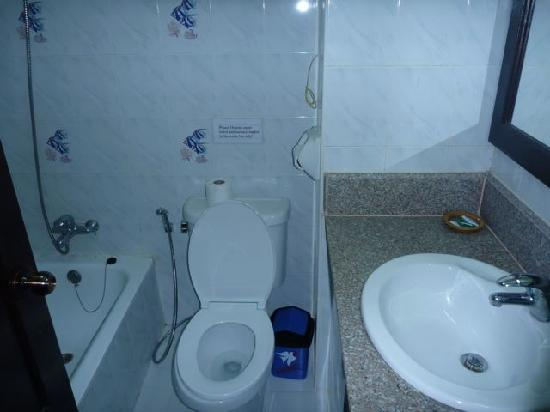 Douang Deuane Hotel : Clean bathroom but no hotwater
