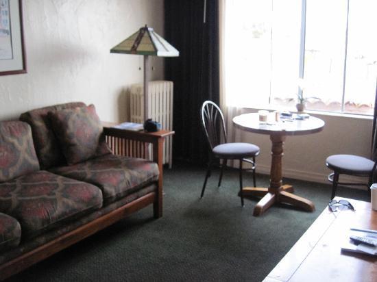 Capitola Venetian Hotel: living room