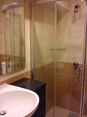 Hotel Lintas Plaza : Ensuite bathroom cold and hot water