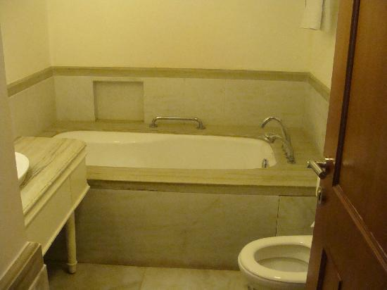 Taj Savoy Hotel, Ooty: Bathroom with Bathtub