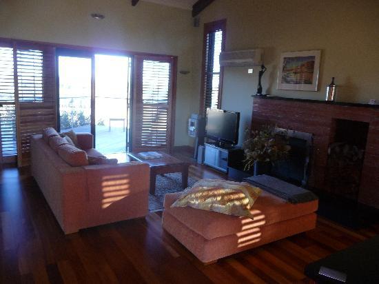 Meringa Springs: Villa: living room, view towards sun-deck