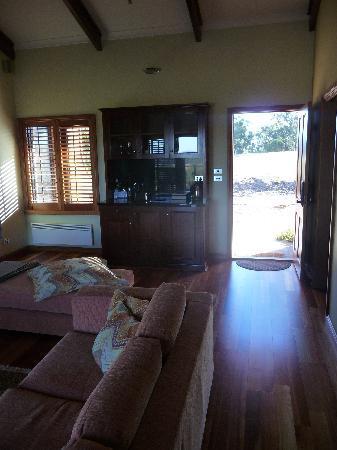Meringa Springs: Villa: living room, view towards fron door