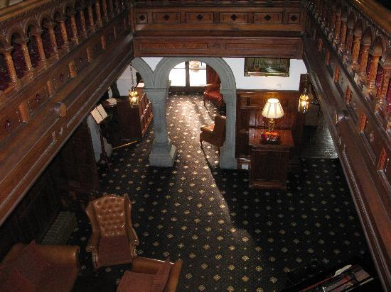 Bron Eifion Country House Hotel: Looking down at the Reception desk